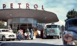 bencinska-crpalka-petrol-na-trzaski-cesti-iz-leta-1958-foto-milan-pogacar-iz-zbirke-exportprojekt-hrani-muzej-novejse-zgodovine-slovenije