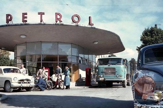 Bencinska črpalka Petrol na Tržaški cesti iz leta 1958. Foto Milan Pogačar, iz zbirke Exportprojekt, hrani MNZS.