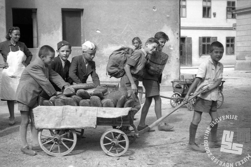 FS2585_16 Razdeljevanje kruha šolski mladini, Ljubljana, 30. 6. 1945, foto Milan Kranjc. Fotografijo hrani Muzej novejše zgodovine Slovenije.jpg