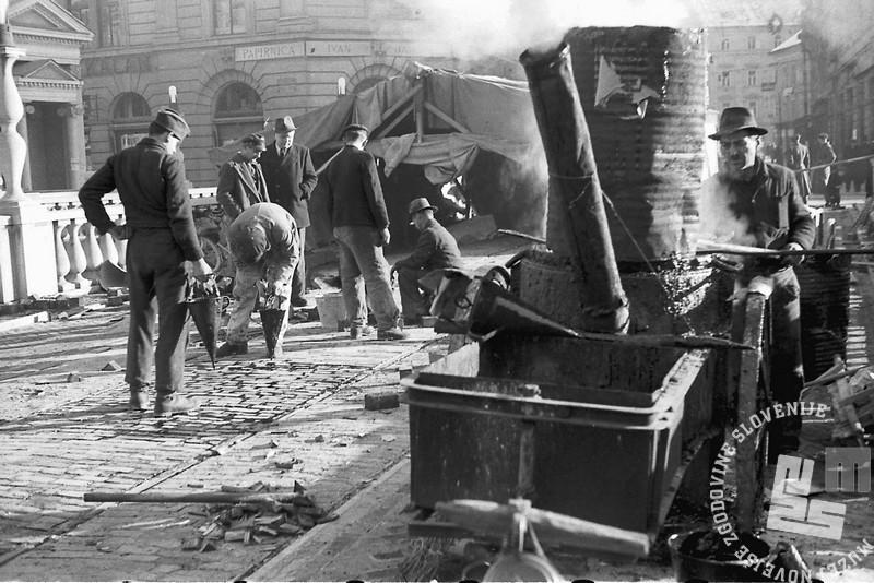 FS2986_5 Obnovitvena dela na Tromostovju, Ljubljana, 12.12.1945. Foto Rudi Vavpotič. Hrani Muzej novejše zgodovine Slovenije.jpg