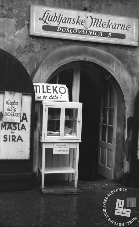 Poslovalnica Ljubljanskih mlekarn aprila 1958. Foto Edi Šelhaus. Hrani Muzej novejše zgodovine Slovenije v zbirki časopisne hiše Delo.