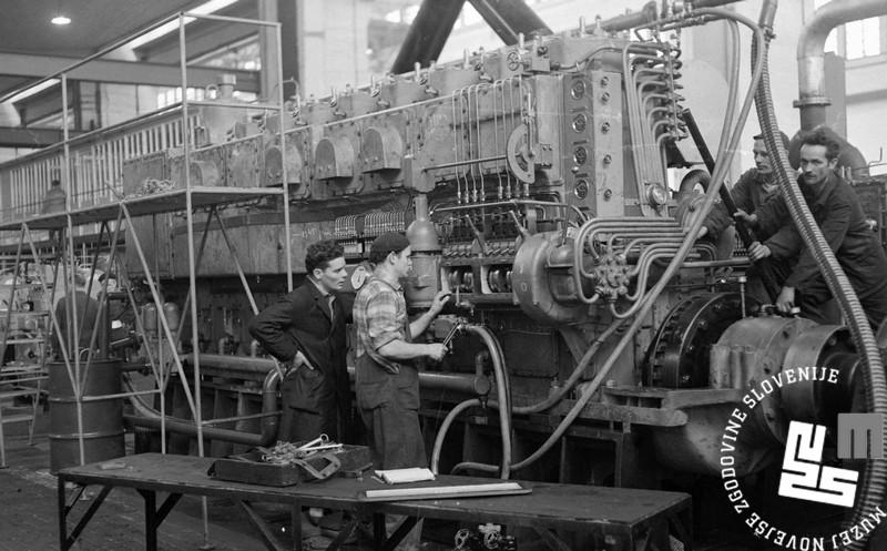 Preizkušanje novih dizelskih motorjev v tovarni Litostroj leta 1961. Foto Miloš Švabič. Hrani Muzej novejše zgodovine Slovenije.