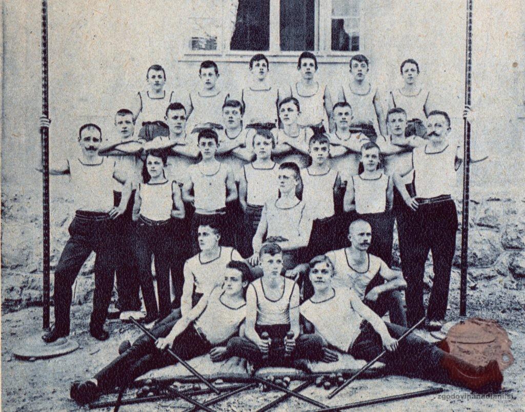 Telovadci jeseniškega Orla leta 1906. Vir Ilustrirani Slovenec, 25.7.1926, str. 259.