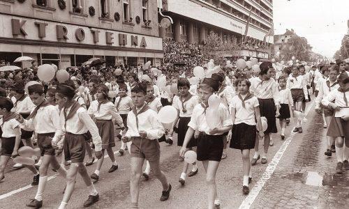 Prvomajski sprevod v Ljubljani leta 1961. Foto: Jože Gal, Večer, objavljenoa na Wikipedia.