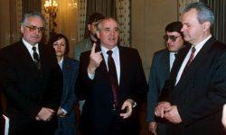 Foto: Gorbačov z Tuđmanom in Miloševićem oktobra 1991.