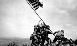 Fotografija postavljanja zastave ZDA na griču Suribachi na otoku Ivo Džima je postala simbol ameriške zmage nad Japonsko na Pacifiškem bojišču, FOTO Wikipedia