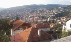 Pogled z sarajevskega rajona Bistrik na mestno Vijećnico, ki je med obleganjem popolnoma pogorela (FOTO Danijel Osmanagić)