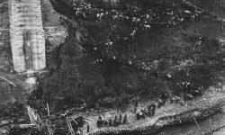 Borci 9. dalmatinske divizije prenašajo ranjence preko Neretve, marec 1943, foto Wikipedia