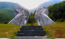 Spomenik na Tjentištu. Vir: Wikipedia.