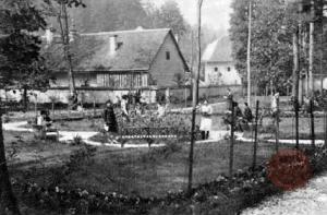Na vrtu šole. Vir :Ilustrirani Slovenec, 5.10.1930, str. 318.