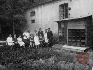 Pri čebelarskem pouku. Vir: Ilustrirani Slovenec, 21.8.1927, str. 284.