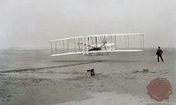 Zgodovinski 17. december 1903 – Orville pilotira, brat Wilbur pa teče ob letalu (FOTO: Wikipedia)