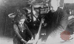 Tudi najmlajši so morali delati – na sliki prizor iz tovarne papirja, FOTO Wikipedia