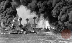 Goreče ameriške ladje tekom napada na Pearl Harbor, FOTO: Wikipedia