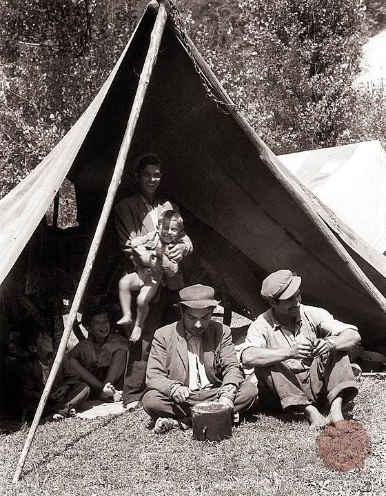 Romska družina v Sloveniji leta 1958. Foto: Wikipedia.
