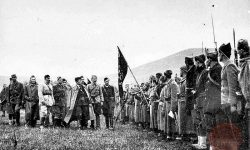 Tito preglejuje I. Proletersko brigado v Bosanskem Petrovcu (april 1942) – FOTO: Wikipedia