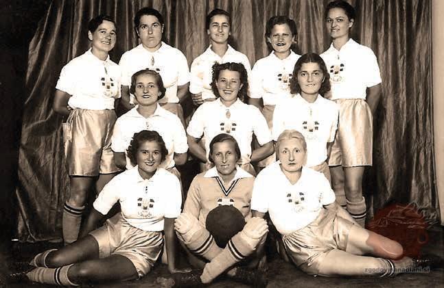 Ženski nogometni klub Zagreb leta 1939, Marica Cimperman je zgoraj druga z leve. Vir: Eduard Hemar – Slovenci v hrvaškem športu, str. 50.